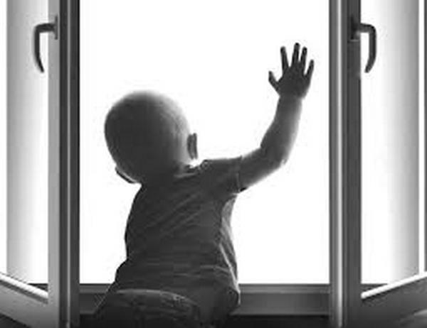 Двухлетний ребенок выжил после падения изокна многоэтажки вПетербурге
