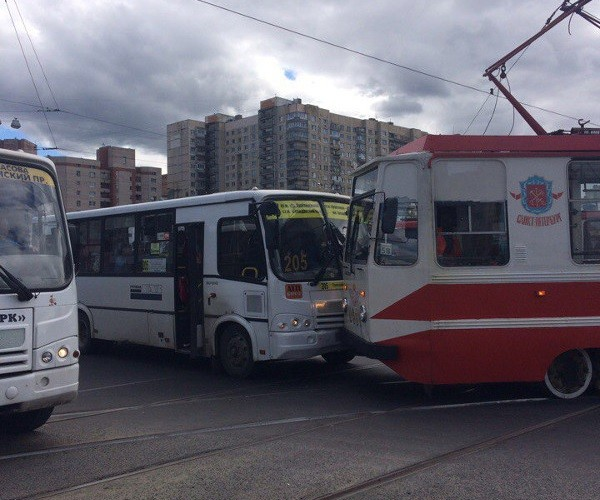 Свидетели: наВасильевском острове трамвай сошел срельсов