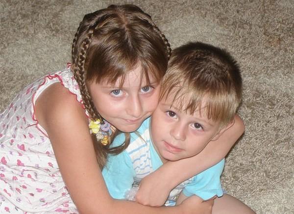 Старший брат трахнув младшу сестру на полу на кухни